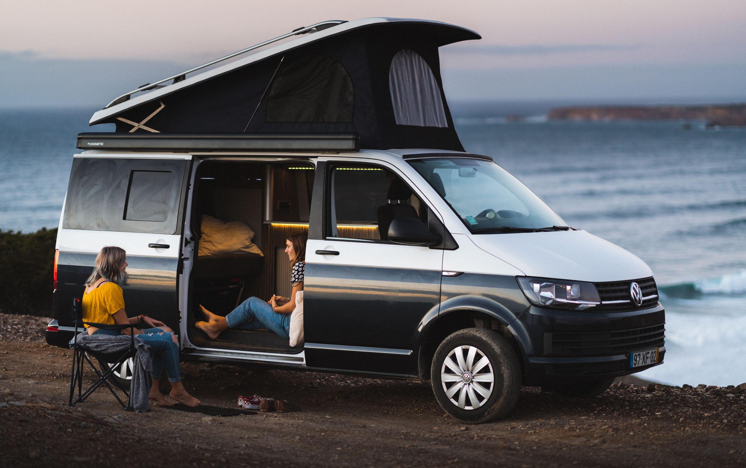 Família em um campervan VW de férias na Europa.